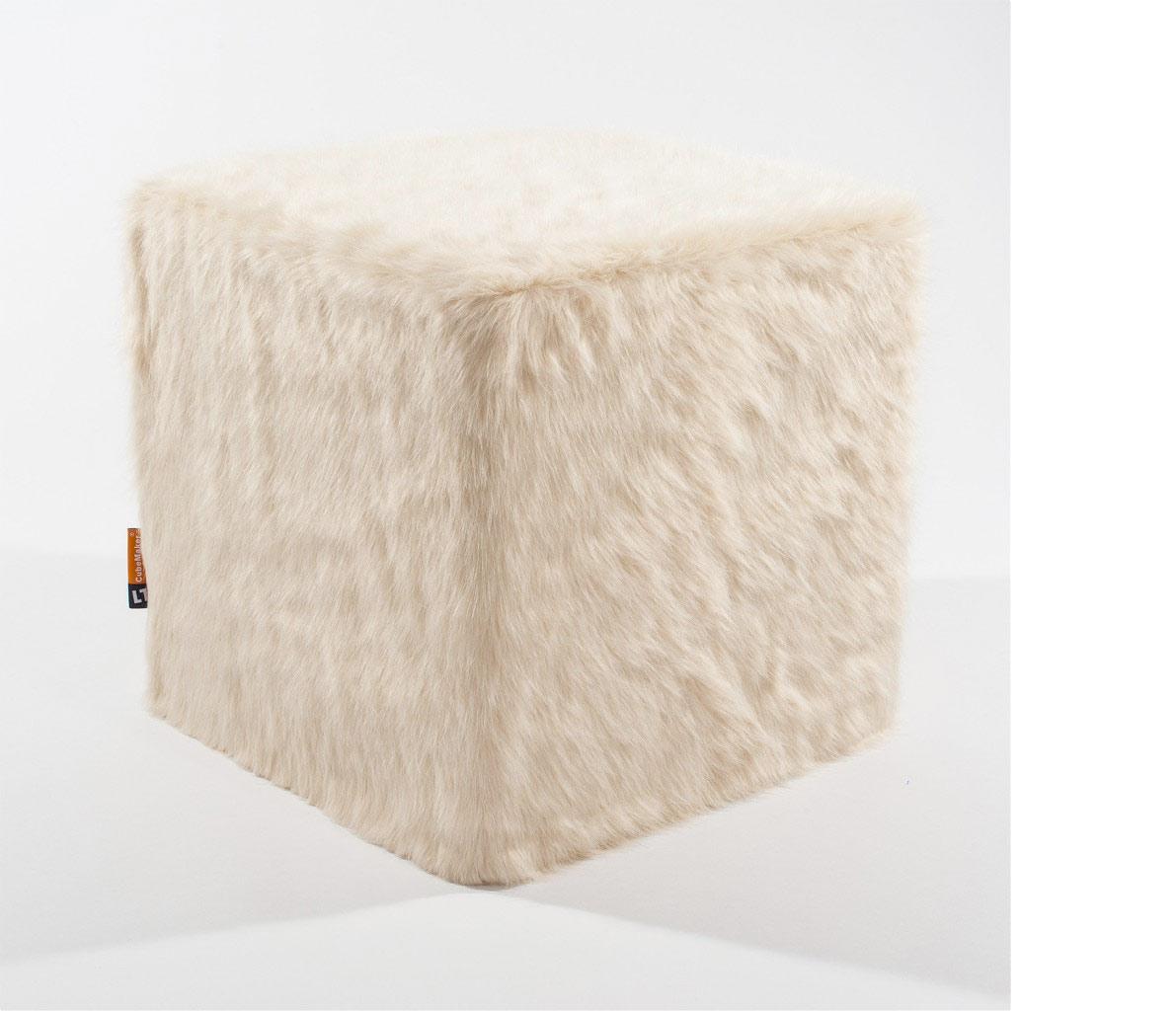 Sitzwürfel mit Kunstfell bezogen